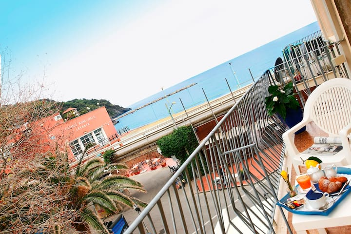 Wide and bright apartment in the centre of Levanto