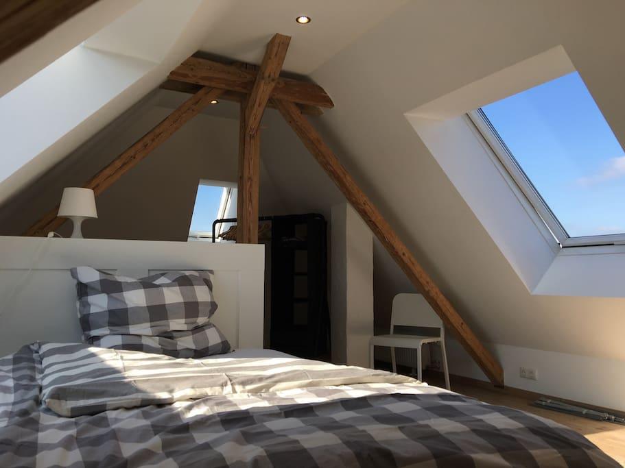 Schlafzimmer mit Blick in den Himmel.