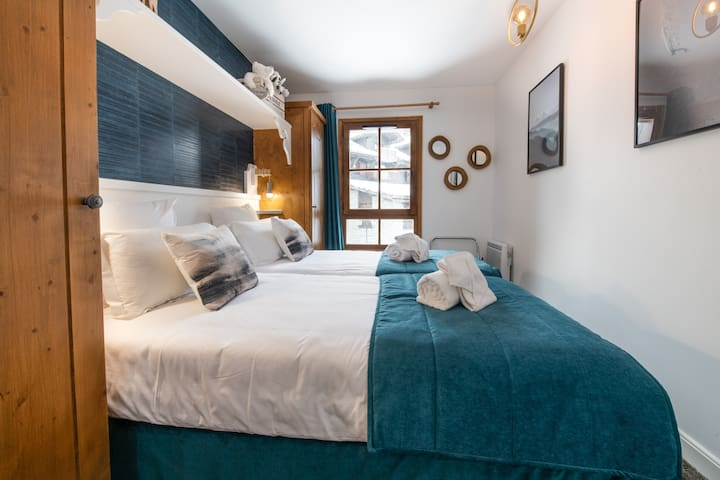 Deuxième chambre avec 2 lits de 90 située en face d'une salle de bain avec douche à l'italienne Literie neuve.
