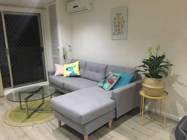 Cosy room minutes from train station and beach