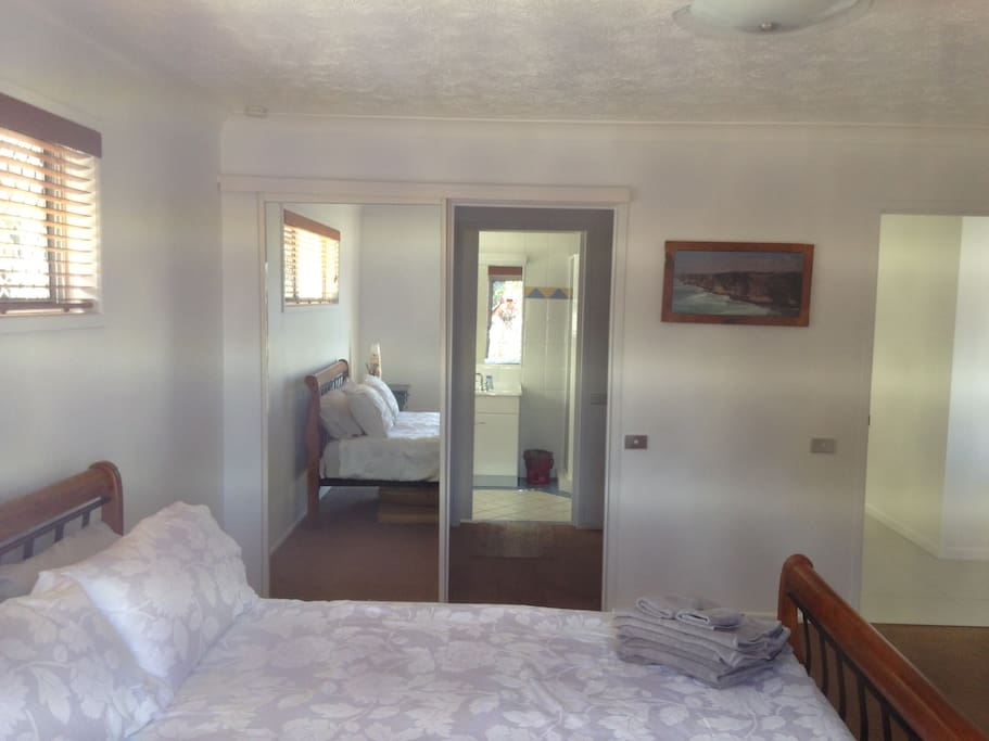 Large Master bedroom and en-suite. Shower,toilet and walk-in robe.