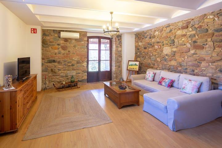 Amplia sala de estar con salida directa al patio interior