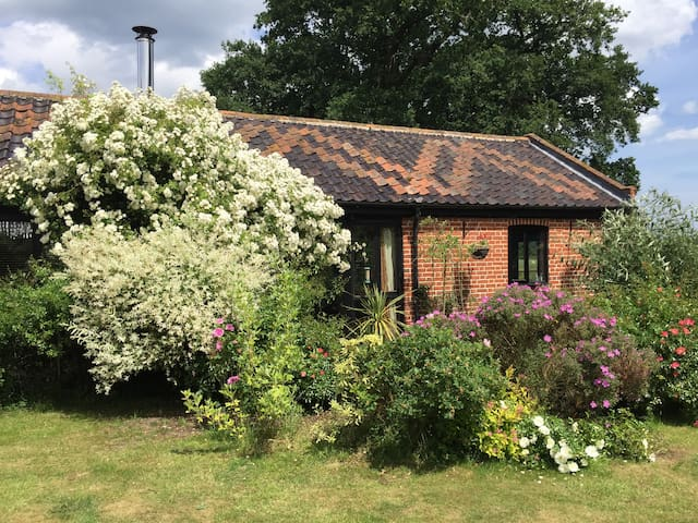 Stylish dog-friendly rural haven–Hollow Hill Barn