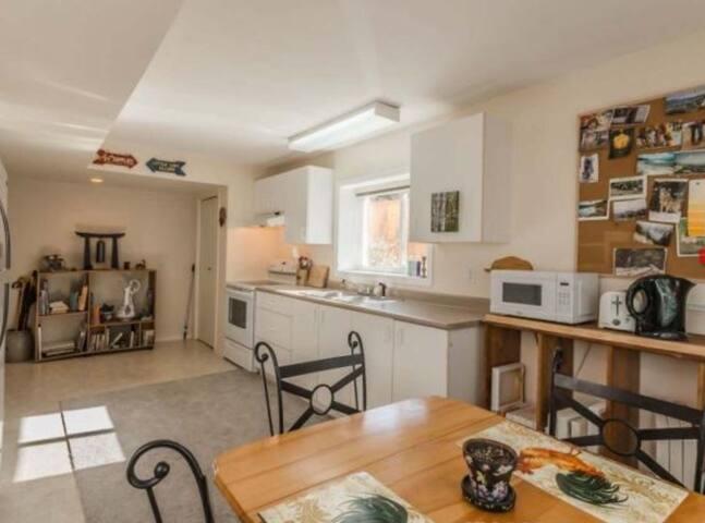 Cozy, private, comfortable easy access apartment