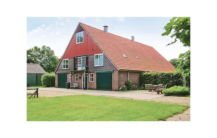 Former farm house with 3 bedrooms on 150m² in Slootdorp