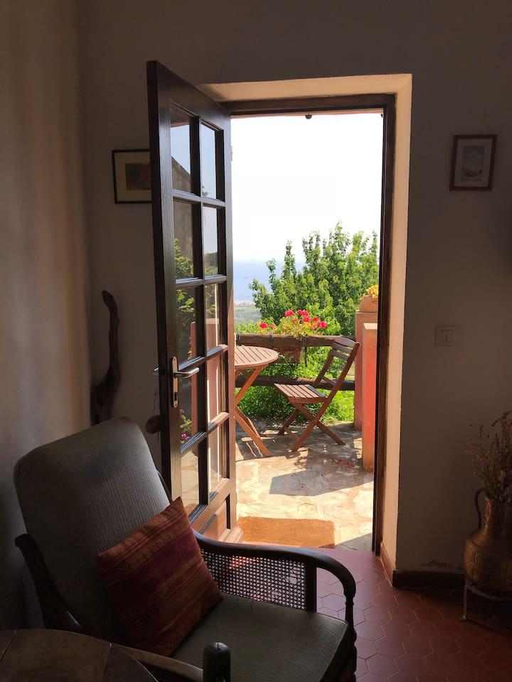 La maison rose, ses terrasses, sa vue et son jardin