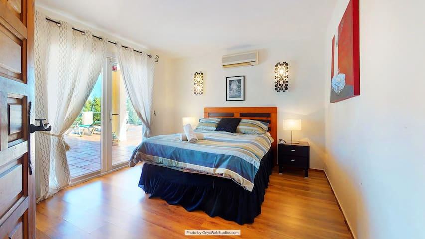 Villa bedroom 3 accessible to large sea view terrace