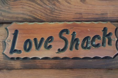"""Love Shack"" a Cozy, Quiet 1 Bedroom Cabin. - Sevierville"