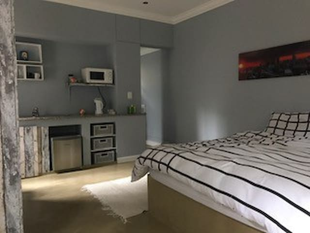 Private cottage nestled in up-market Rosebank. - Johannesburg - Chalet