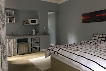 Private cottage nestled in up-market Rosebank. - Johannesburg - Chalet