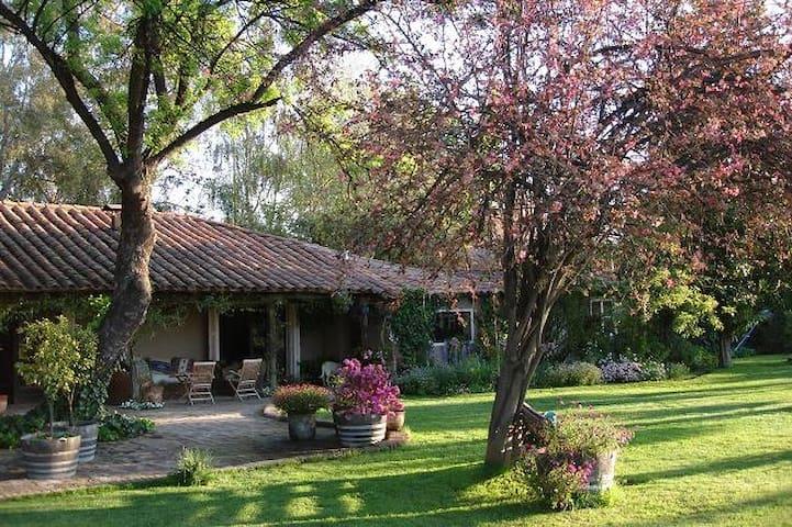 Antigua casa de campo con amplio jardín