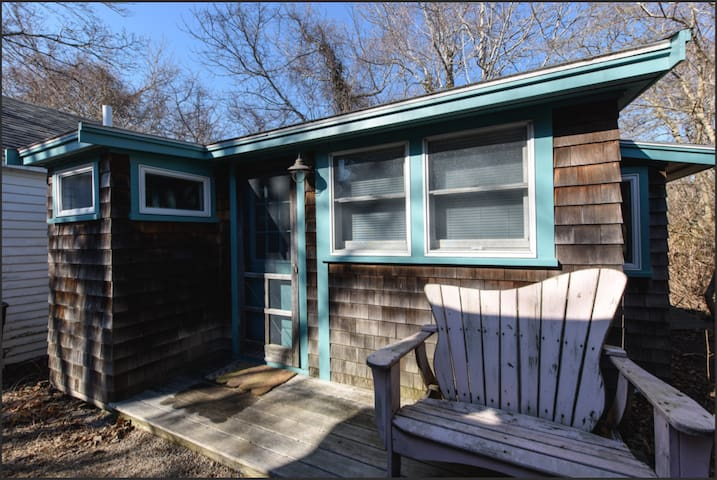 Wooded studio apartment in Woods Hole village