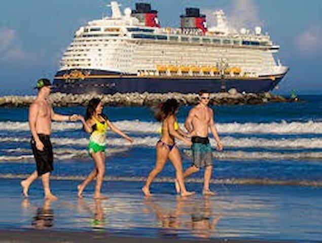 Scallywag- Beachside, Close to Cruise Port & KSC