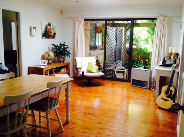 Large Bedroom in Spacious Home, Garden & Pool - Allambie Heights