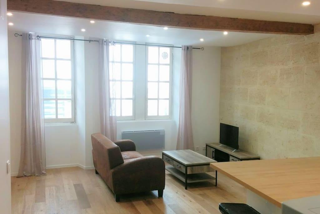 La pièce principale, spacieuse et fonctionnelle
