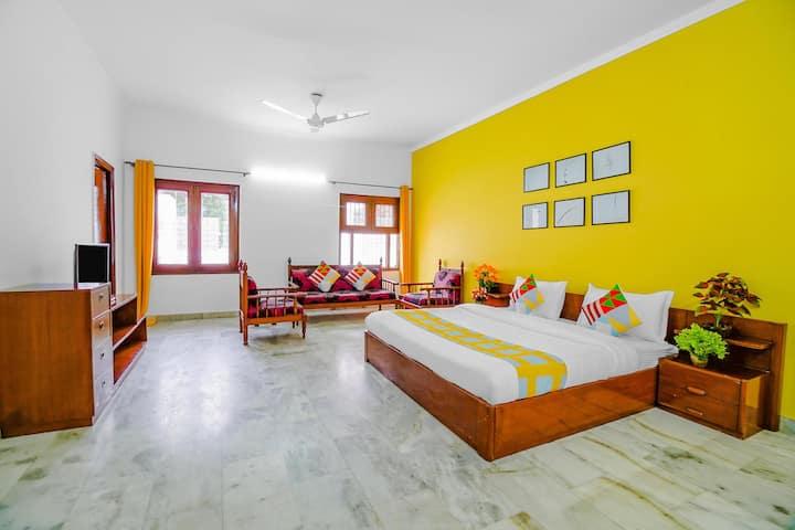OYO Spacious 1 BR Home in Paschim Vihar + Kitchen