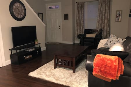 2 Bedroom Townhome, 10 min from uptown Charlotte