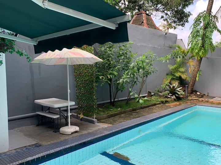2-level poolside annex w fast wifi near Taman Mini