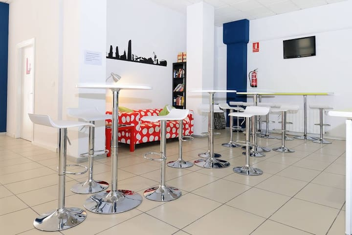 BILBAO. Cheap and central hostel - Bilbo - Bed & Breakfast