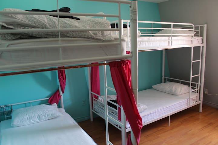 Pink dorm - Woman only - Femmes seulement (3 bunk beds)