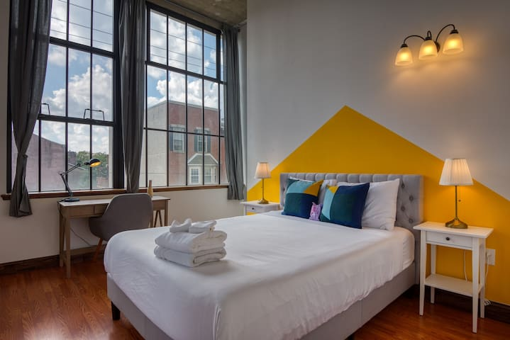 Bright and Sensational 2BR Loft with discounted Parking
