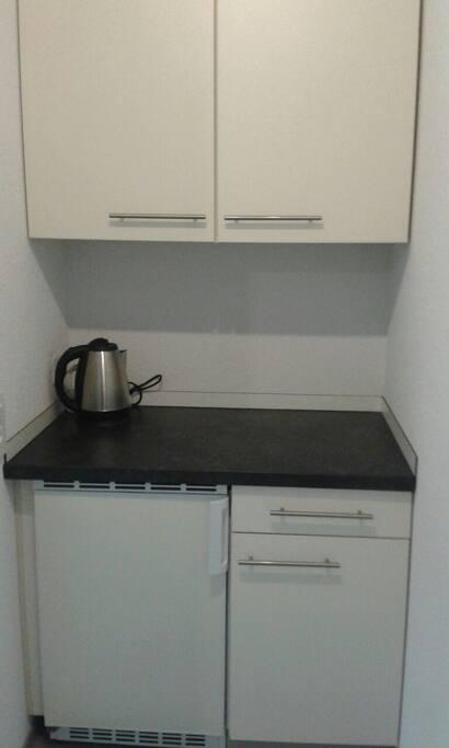 Teeküche mit Kühlschrank Besteckschublade...