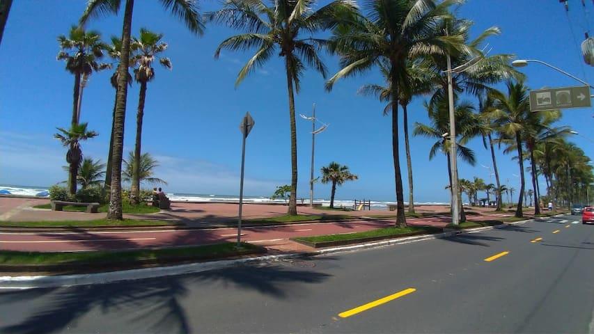 Vila Caiçara- Apt. pé na areia ao lado da feirinha