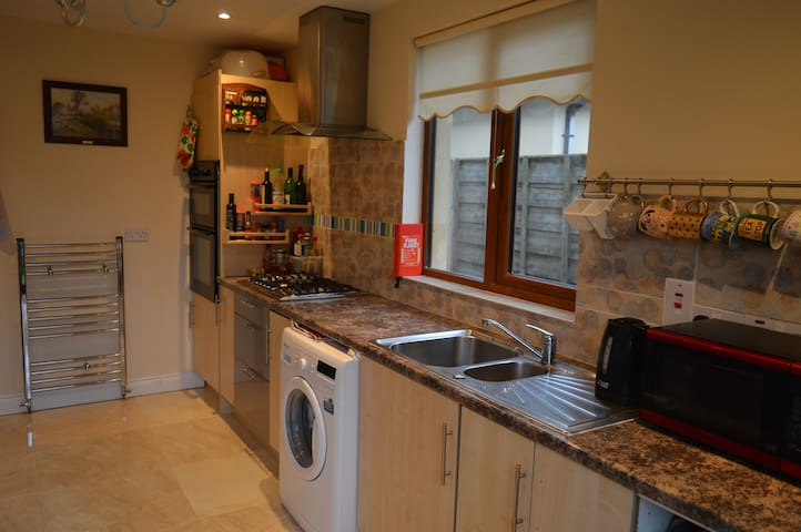 Shared use of kitchen with microwave, kettle, american fridge.