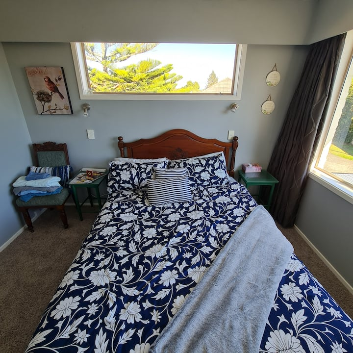 Grassy Downs Vibrant Room for 1-2 Guests