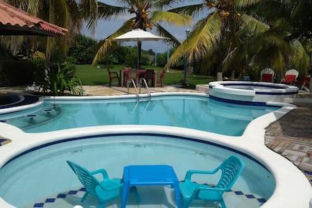 Hermosa cabaña con piscina, jacuzzi y cerca al mar