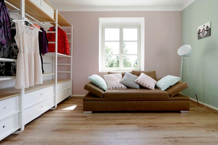 Ankleidezimmer mit Schlafcouch