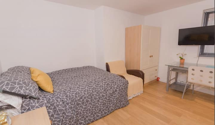 Student Only Property: Handsome Classic Studio - LOS 12 months 10% off