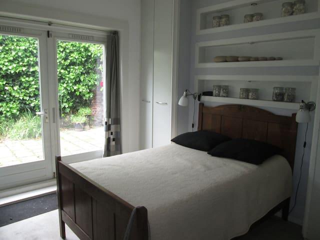 slaapkamer beneden met twijfelaar (120) en toegang tot achtertuin