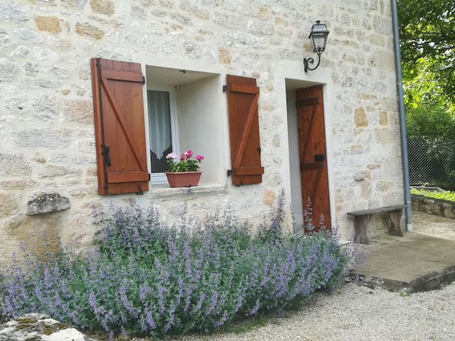 Studio with views. Dordogne Valley. Lot. nr Martel
