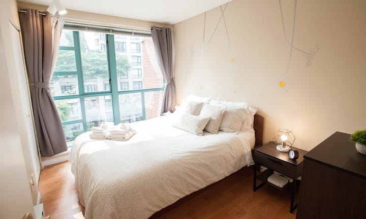 ★Downtown w/ parking, in-suite laundry, amenities★