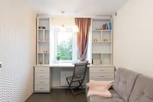 Спальная 2 с раскладывающимся двуспальным диваном и видовым рабочим столом/ Bedroom 2 with sofa