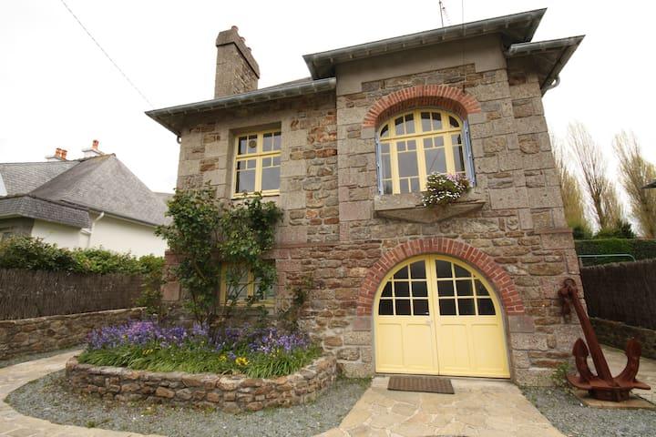 Maison en pierre traditionnelle avec jardin. - Dinard - House
