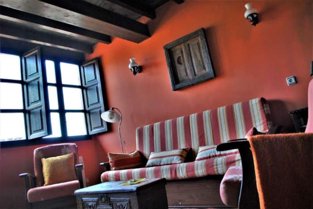 Zona de estar del salón tomada desde la chimenea.