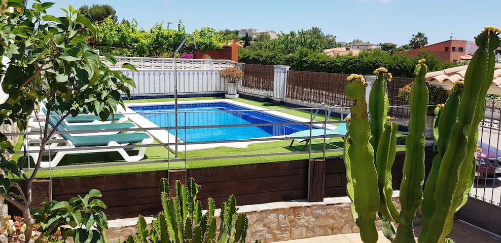 Villa con piscina y vistas a la montaña en C.Cunit