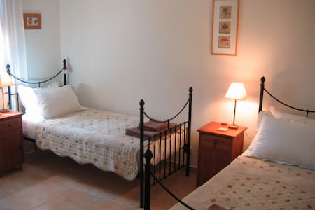 Twin bedded room with adjacent bathroom - Ventenac-en-Minervois