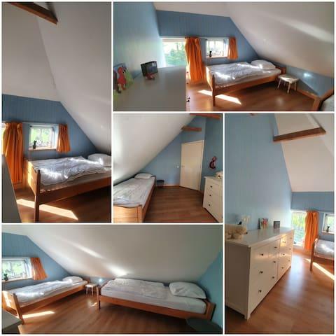 Slaapkamer met 2 eenpersoons bedden
