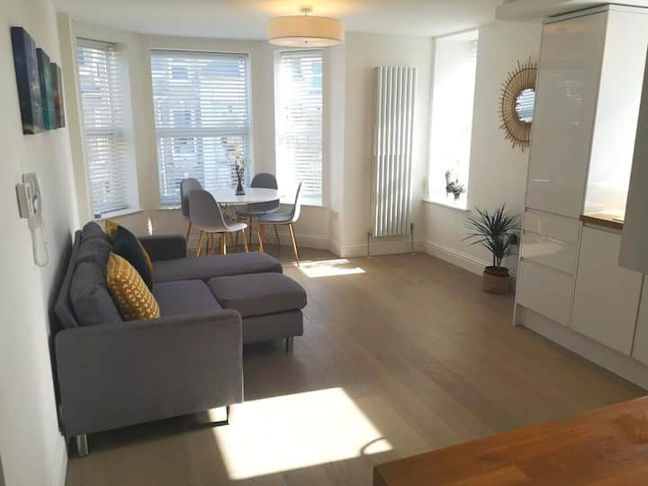 Beautiful 2 bed apartment 2 minutes from the beach