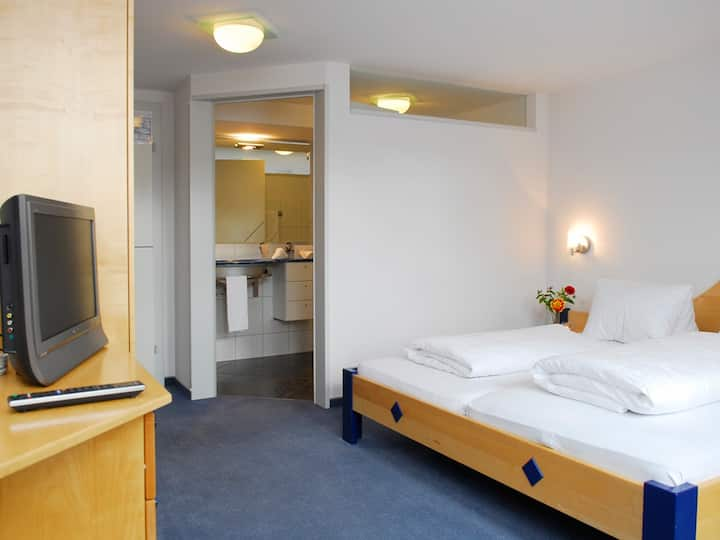 Einfaches Doppelzimmer mit eigenem Bad