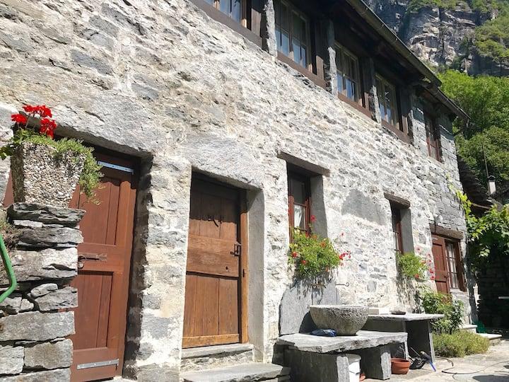 Casa ticinese in una tipica Terra della Val Bavona