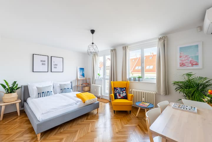 BRIGHT CHARMING Apt with TERRACE, PARKING & AirCo.