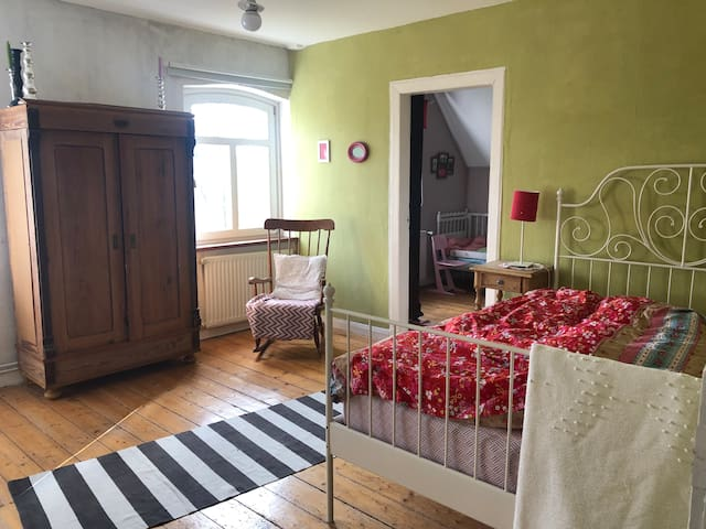 Eines der Schlafzimmer mit Blick aufs Stochennest und gemütlichem 140x200cm Bett