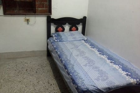 Single bed room, no A/C單人房沒有冷氣只有電扇 - 台東市