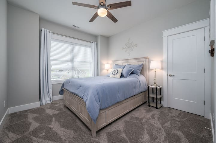 Bedroom 4 - queen