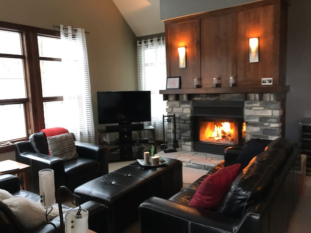 Beautiful Tremblant Condo! 2 min from the mountain - Mont-Tremblant - Apartmen