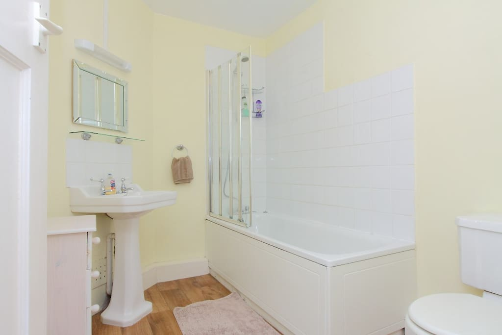Large Bathroom with Good Shower